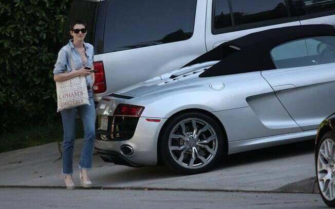 Anne Hathaway circula com carro de R$ 856 mil pelas ruas de Los Angeles, Califórnia