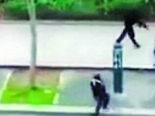 """No ato.  Vídeo flagra momento em que os terroristas atiram em um policial nos arredores da revista """"Charlie Hebdo"""""""