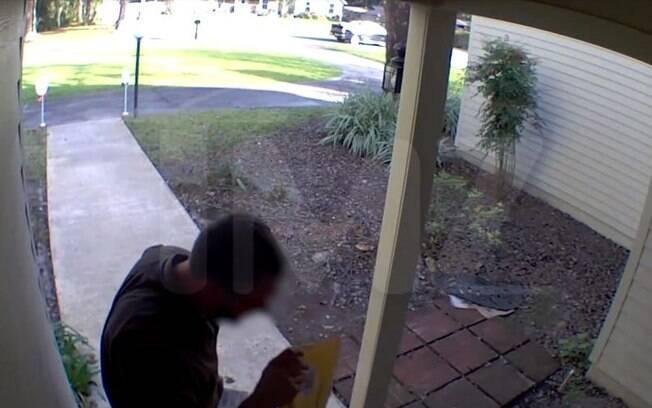 O entregador supostamente cuspiu no pacote e foi demitido