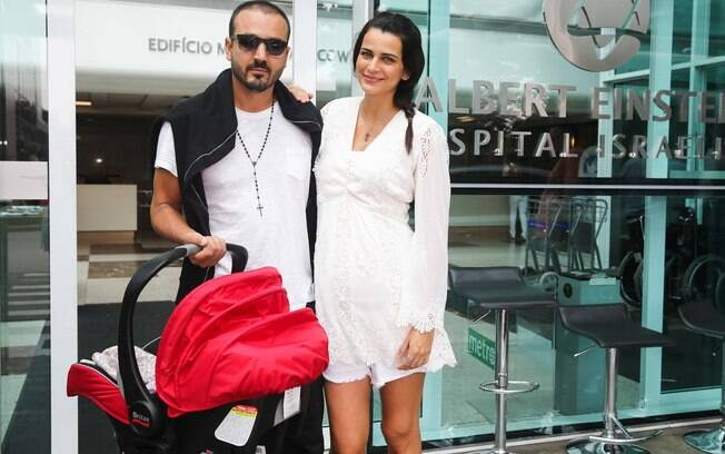 Fernanda Motta deixa a maternidade com Chloe e o marido, Roger