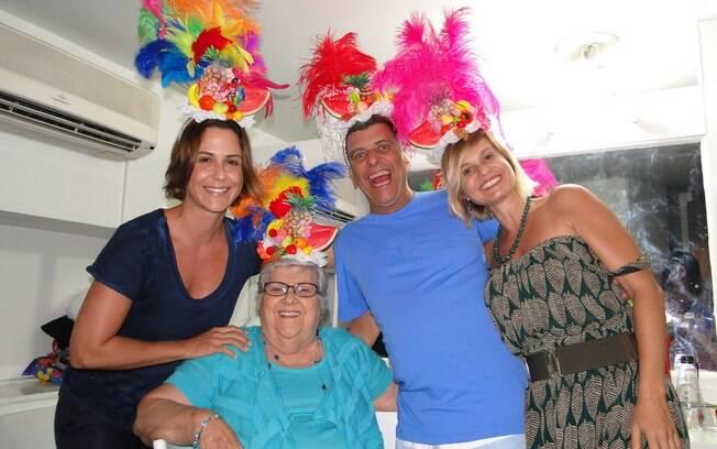 Jorge Fernando ao lado da mãe Dona Hilda, e as atrizes Guilhermina Guinle e
