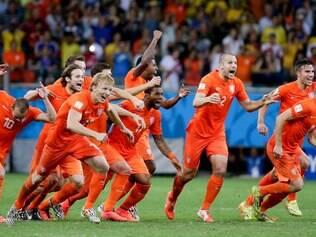 Jogadores holandeses comemoram classificação suada à semi da Copa