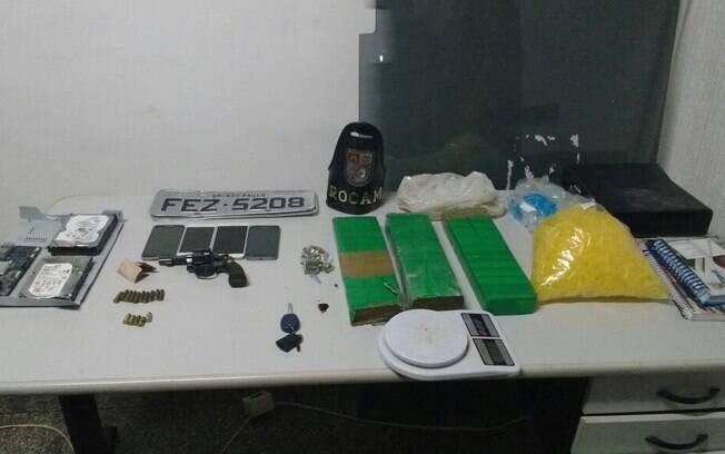 ROCAM encontrou drogas e uma arma com o suspeito