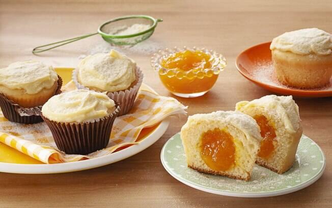 O cupcake de leite ninho pode ser recheado com a geleia da sua preferência