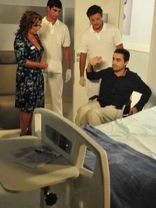 Amália vai buscar no hospital. Vicente passa a morar com a mãe