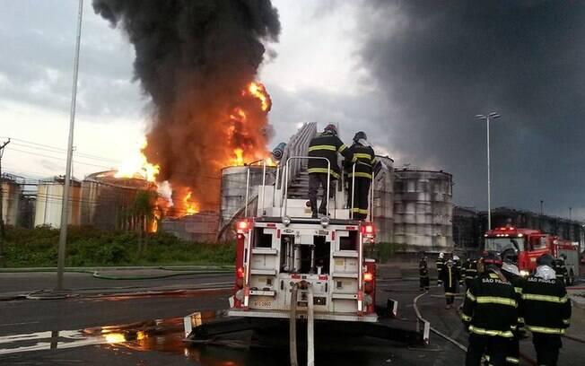 Imagem de chamas em um dos tanques da empresa Ultracargo: incêndio já dura mais de 5 dias