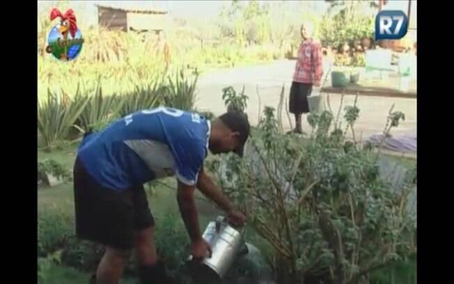 Peões fazem piada sobre regar as plantas