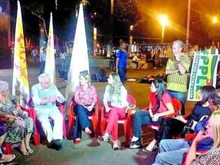 Agenda.  Tarcísio Delgado conversou com eleitores ontem na praça da Savassi, em Belo Horizonte