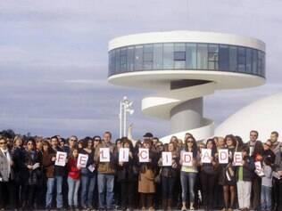 Manifestantes gravam um vídeo de parabéns em frente ao Centro Niemeyer, que fecha as portas no dia do aniversário do arquiteto