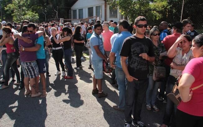 Familiares aguardam liberação para identificação dos corpos e informações em frente ao Centro Desportivo Municipal em Santa Maria (RS), na manhã deste domingo (27)