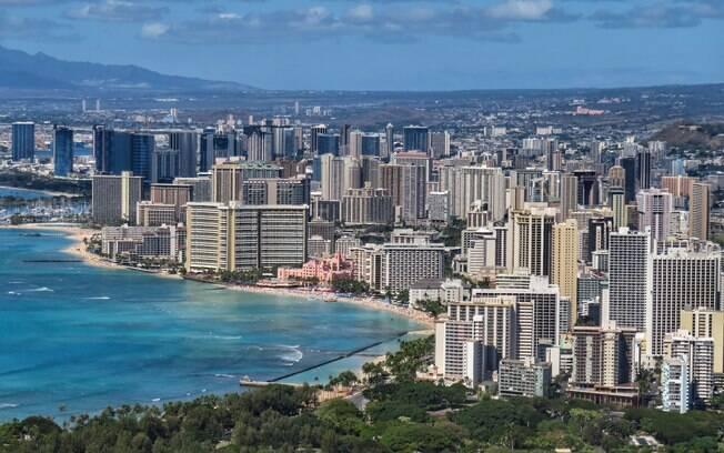 Vista aérea de Honolulu, Havaí, onde existe o turismo acessível para pessoas em cadeiras de rodas