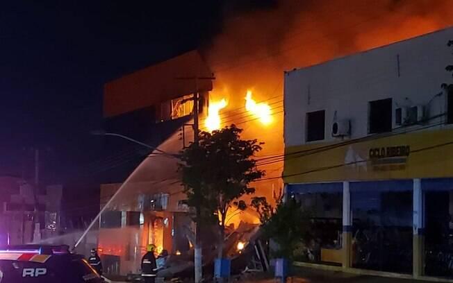 Bombeiros se ferem após prédio desabar durante grande incêndio em lojas no Centro de Cuiabá