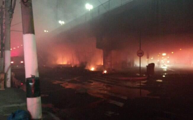 Incêndio deixou desabrigados e bloqueou viaduto