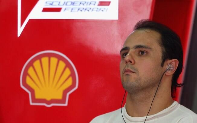 Felipe Massa espera nos boxes da Ferrari  antes de entrar na pista
