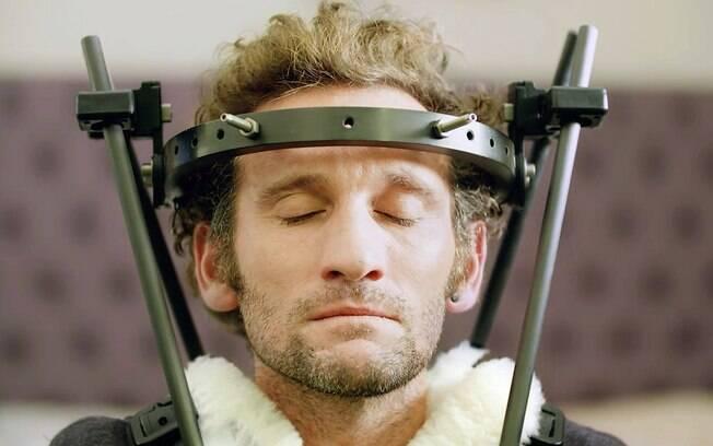 Tim Don é um atleta britânico que usa aparelho de tortura medieval para tratar grave lesão