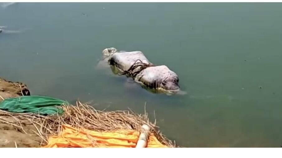 Corpos de possíveis vítimas da Covid-19 aparecem às margens do Ganges, na Índia