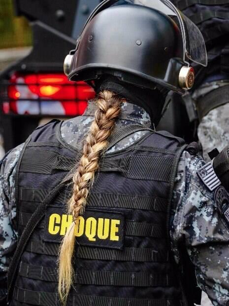 As mulheres do Segundo Batalhão de Choque passam pelos mesmo treinamentos e cumprem as mesmas missões que os colegas homens