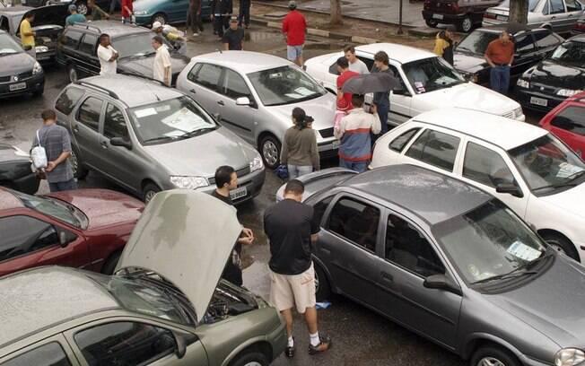 Antes de comprar um carro usado é preciso verificar uma série de detalhes para não ter dores de cabeça