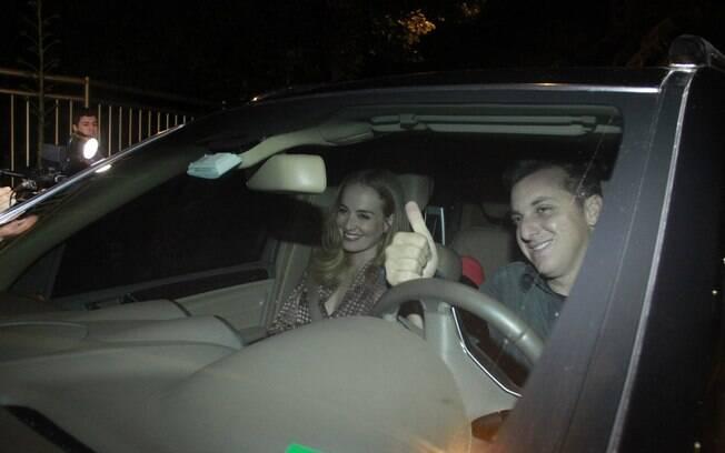 Angélica e Luciano Huck chegando ao apartamento de Claudia Leitte, no Rio de Janeiro