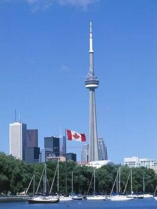 Um dos principais pontos turísticos de Toronto, CN Tower tem 553 metros de altura