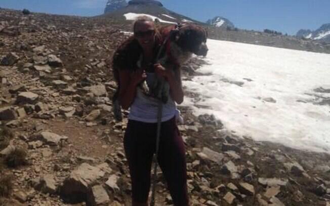 Cão cocker spaniel inglês se perde em montanha e Tia Varga o ajuda a descer a trilha