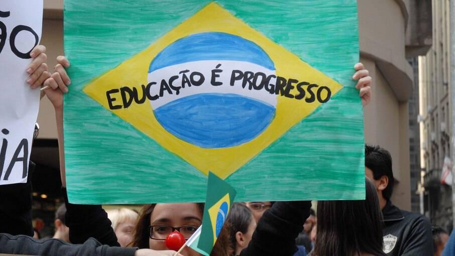 Alunos, professores e funcionários das universidades federais de São Paulo (Unifesp), São Carlos (Ufscar) e do ABC (UniABC), protestam em frente à Bolsa de Valores em 2012