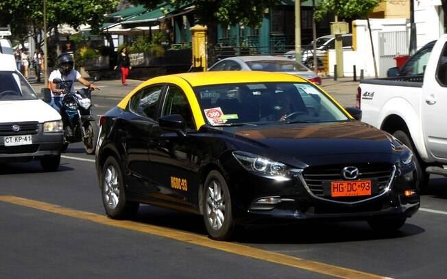 Mazda 3 Sedan é um dos modelos usados pelos táxis de Santiago. Mas há vários outros modelos que não temos no Brasil