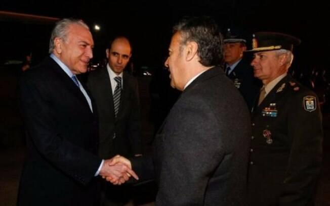Michel Temer é recepcionado ao chegar em Mendoza, na Argentina, para a reunião do Mercosul