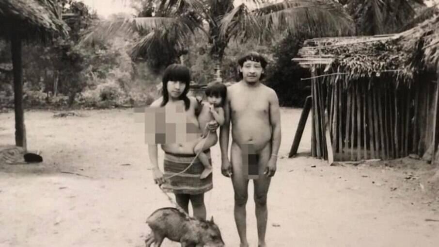 Família de Tibohá Guajá, com sua mulher, filho e o xerimbabo, um filhote de porco-do-mato.