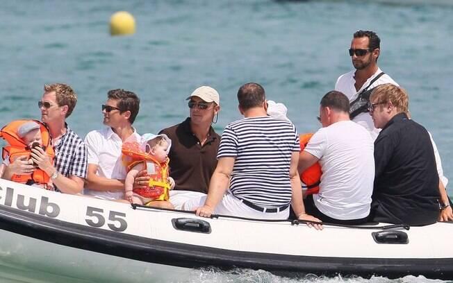 Elton John e a família curtem passeio de barco junto com Neil Patrick Harris