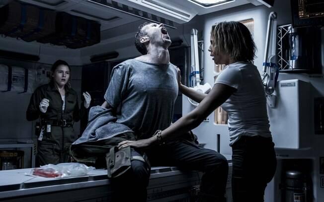 A primeira cena em que nasce um alien em Alien: Covenant é tão aterrorizante quanto em 1979