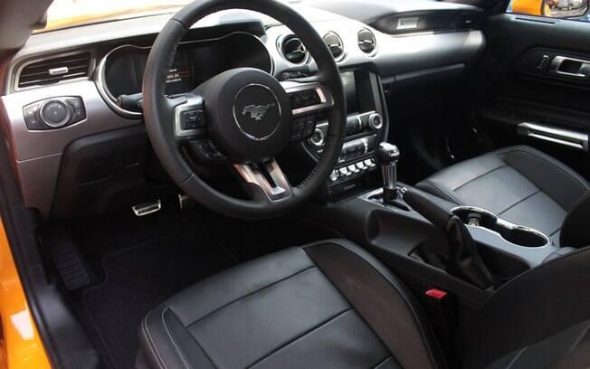 Interior do Mustang vem com bancos de couro e sistema multimídia Sync3, o mais moderno da marca atualmente