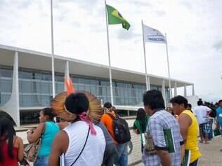 BRASIL - Brasilia - DF, Brasil - 29/10/2014 Em protesto em frente ao Planalto , Indigenas pedem infraestrutura nas escolas e o cumprimento da lei que garante a formacao educacional com respeito aos valores tradicionais das comunidades .  Foto: Wilson Dias / Agencia Brasil