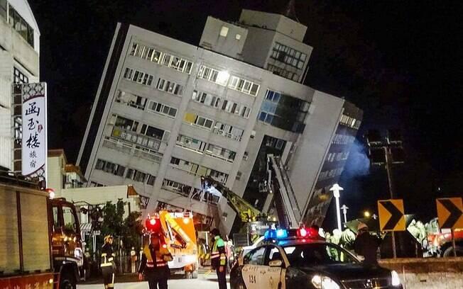 Taiwan já resgatou mais de 240 pessoas que ficaram presas nos edifícios mais danificados da cidade após o terremoto