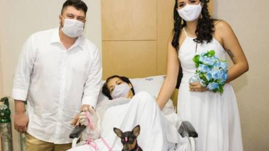 Mirsa, com a filha, o genro e a pinsher Nina, acompanhou tudo deitada numa maca