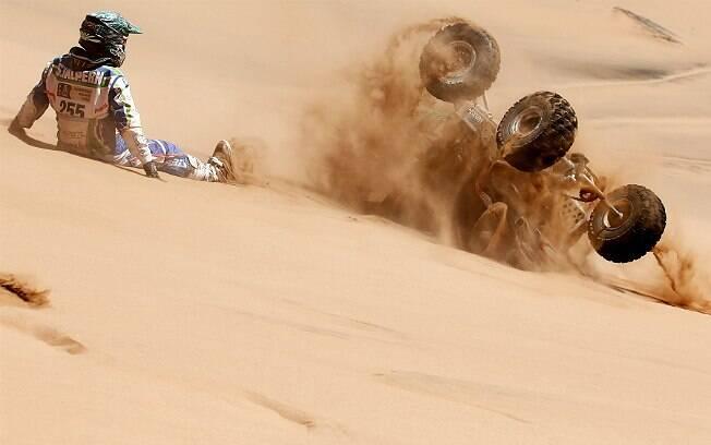 Sebastian Halpern, da Argentina, observa seu quadriciclo indo duna abaixo no 4° dia de corrida