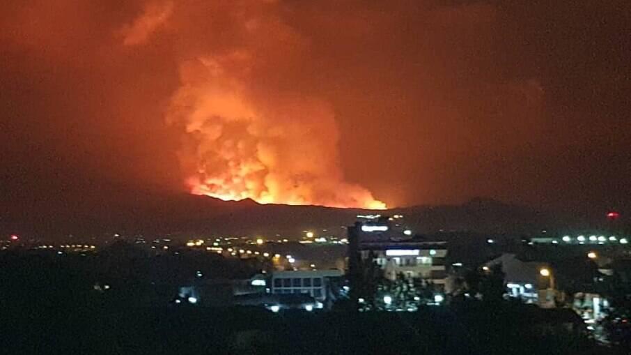 Vulcão no Congo e expele fumaça vermelha no céu