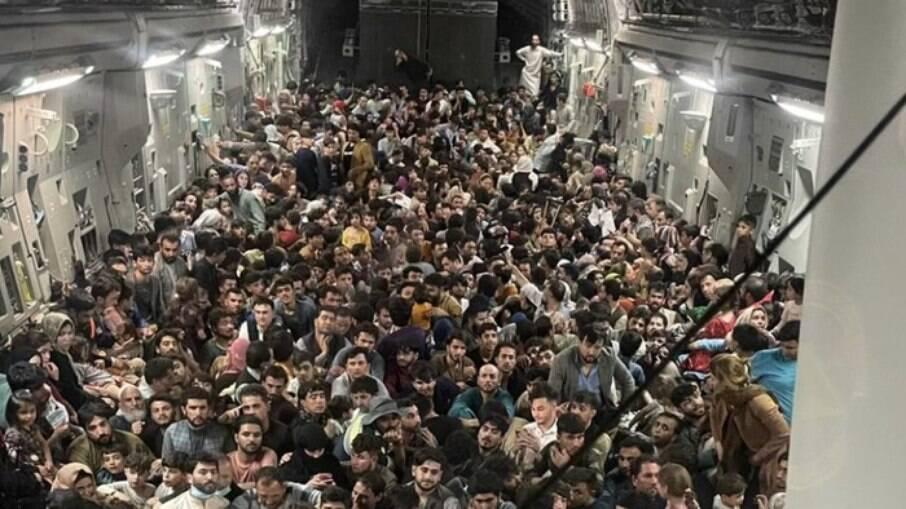 Avião superlotado no Afeganistão