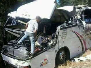 O ônibus que transportava universitários teve a frente completamente destruída