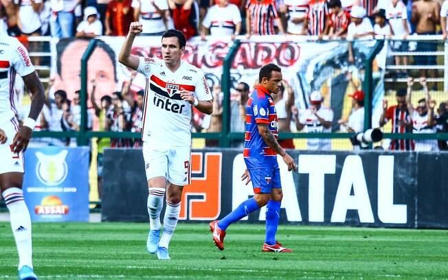 Pablo celebra seu gol pelo São Paulo contra o Fortaleza