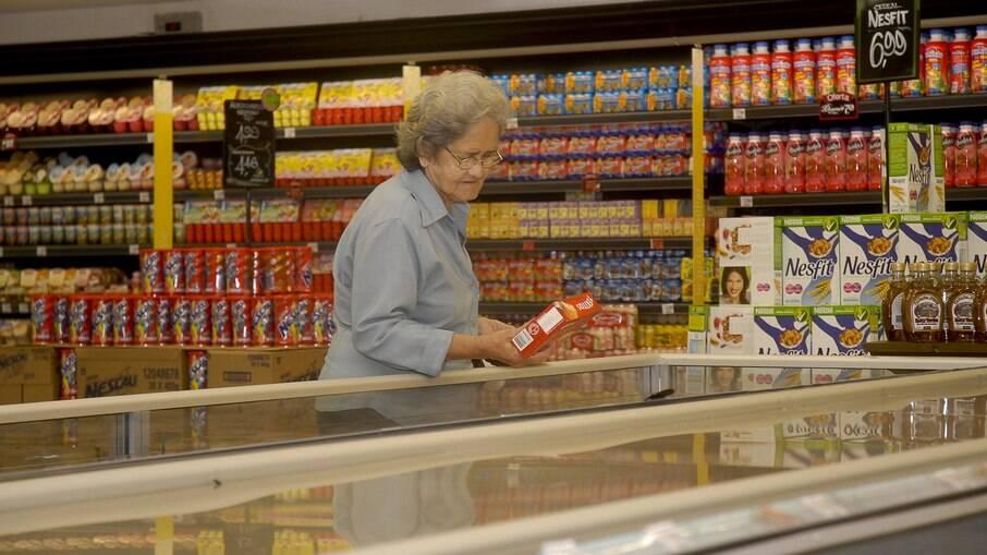 Brasileiro gasta 30% a mais em mercado