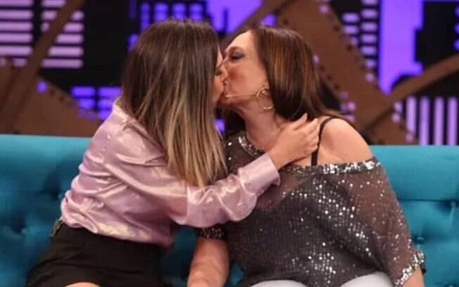 Tatá Werneck dá beijo em Susana Vieira