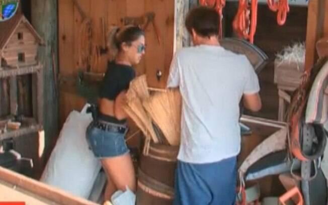 Peões estão limpando o depósito de ferramentas