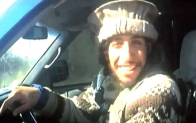 Abaaoud sorri em vídeo no qual leva corpos de vítimas do terrorismo a uma vala comum