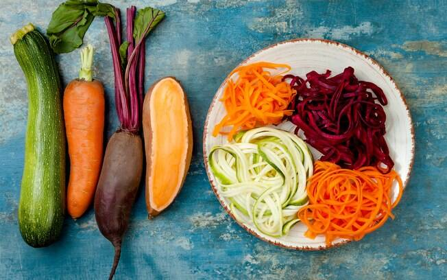 O macarrão de legumes pode ser feito de abobrinha, cenoura, pupunha, etc; o que vale é a criatividade