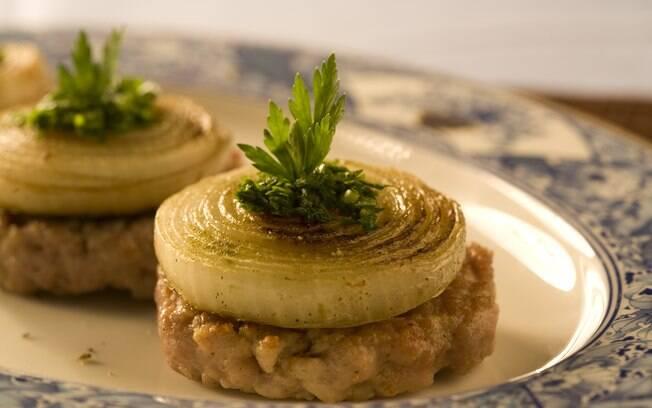 Foto da receita Hambúrguer de pernil com cebola refogada pronta.