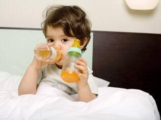 A Academia Americana de Pediatria recomenda transição da mamadeira para o copo entre 12 e 15 meses de idade