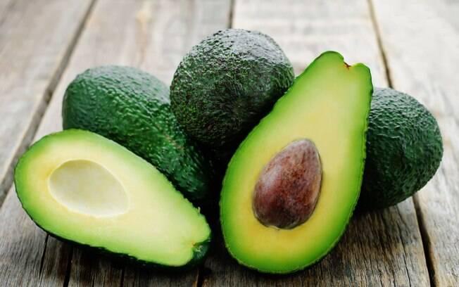 O abacate é altamente gorduroso, mesmo sendo um alimento saudável, deve ser consumido com moderação