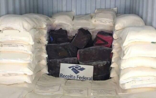 Polícia encontrou os pacotes de cocaína escondidos dentro de bolsas em um container cheio de carga de fubá de milho