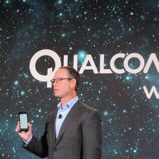 Presidente da Qualcomm, Derek Aberle, mostra o G Flex 2, um dos primeiros smartphone com Snapdragon 810